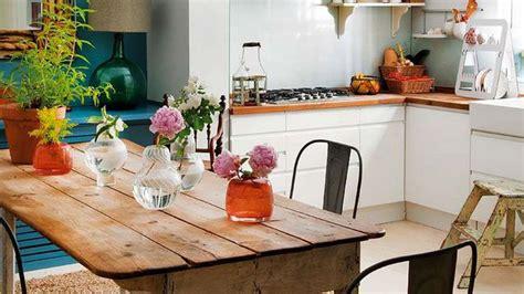 Impressionnant Amenager Une Cuisine Ouverte #3: table-en-bois-pour-une-cuisine-retro-et-moderne_5577951.jpg