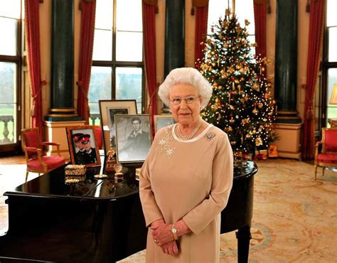 queen  year   reign  pictures   buckingham palace queen elizabeth ii