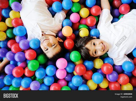 imagenes niños felices jugando ni 241 os felices jugando juntos y divirti 233 ndose en el jard 237 n