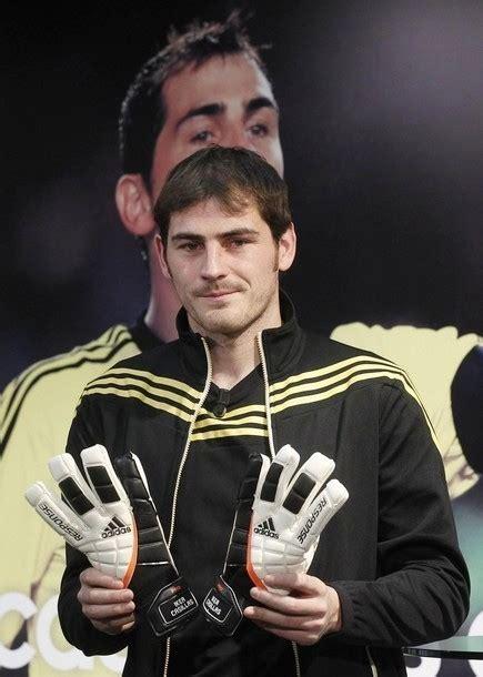 Sarung Tangan Iker Casillas foto iker casillas berpose dengan sarung tangan dari