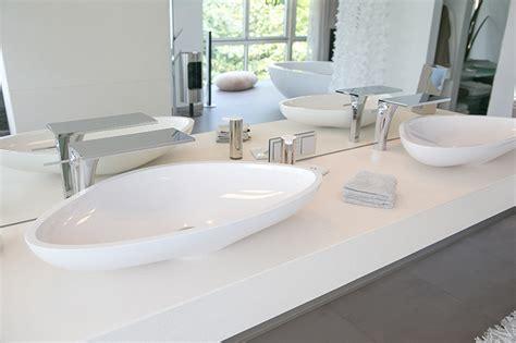 ausgefallene waschbecken luxusbad mit riesendusche und freistehender badewanne