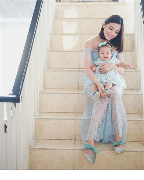 Open Shoulder Top Putih Hitam Ac 11 ide gaya kembaran ibu anak buat kondangan dari para seleb