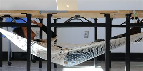 Foot Hammock For Desk by Een Powernap Doe Je Voortaan Onder Je Bureau