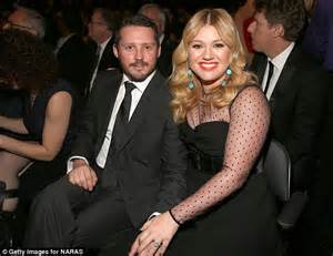 kelly clarkson fights back against rumours that her new