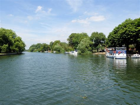 thames river cruise upstream river thames upstream from datchet 169 david dixon cc by sa