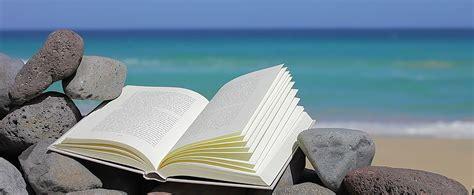 spiare sotto il tavolo libri i 10 pi 249 belli da leggere sotto l ombrellone mag