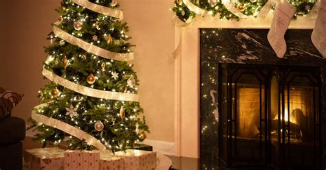 when should you put your christmas tree and decorations up