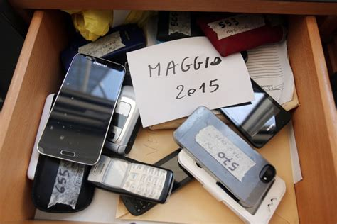 ufficio oggetti smarriti bologna chiavi telefonini borse tra gli scaffali nuovo