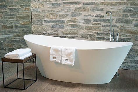 b cherregal f r wohnzimmer quot freistehende badewanne im zimmer mit oberlicht