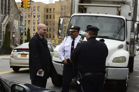 Nyc Social Security Office by Mayor De Blasio S Security Detail Pulls Truck Driver