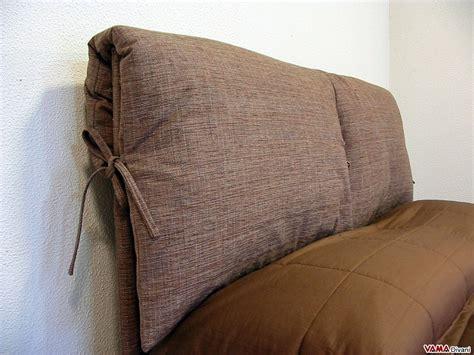 cuscino matrimoniale letto in tessuto con due cuscini imbottiti come testata