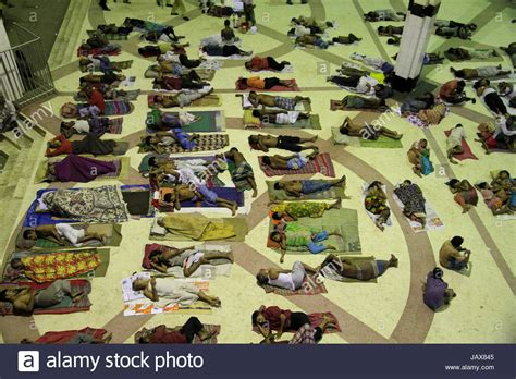 arme schlafen ein nachts barefoot homeless stockfotos barefoot homeless bilder
