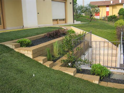 realizzazione aiuole per giardino giardino con prato a rotoli e aiuole verde idea
