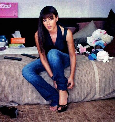 monica bellucci in jeans monica bellucci in jeans jeans pinterest c 233 l 233 brit 233 s