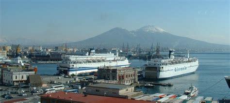 porti napoli porto di napoli traghetti e info il traghetto