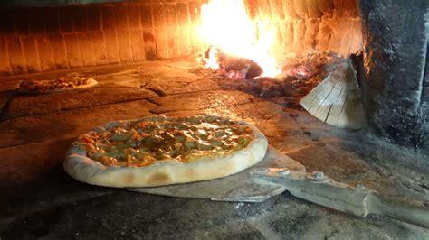 pizzasgarten helmstedt mit der pizza aus dem steinofen