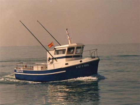 un barco pesquero recolecta 800 pesquero deportivo en puerto deportivo de el abra getxo