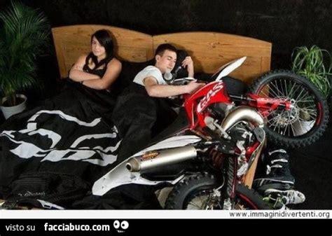 nel letto fidanzato dorme nel letto abbracciato alla moto e la