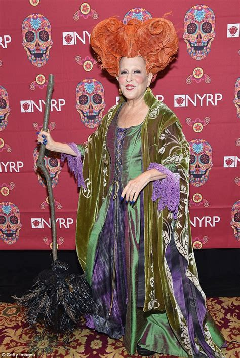 bette midler hocus pocus 2 bette midler dresses as hocus pocus for hulaween