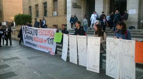 test ingresso economia sapienza flash mob degli studenti alla sapienza no al numero