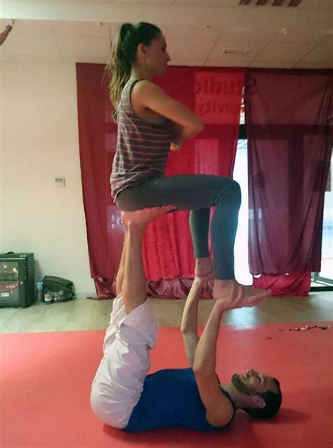 imagenes de posiciones de yoga faciles los beneficios del yoga acrob 225 tico cmd sport