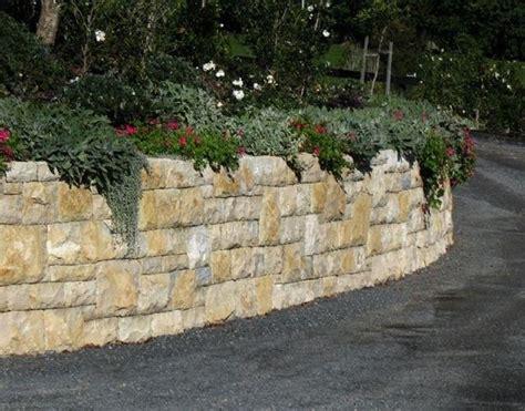 mattoni tufo giardino utilizzo dei blocchi di tufo materiali per giardini