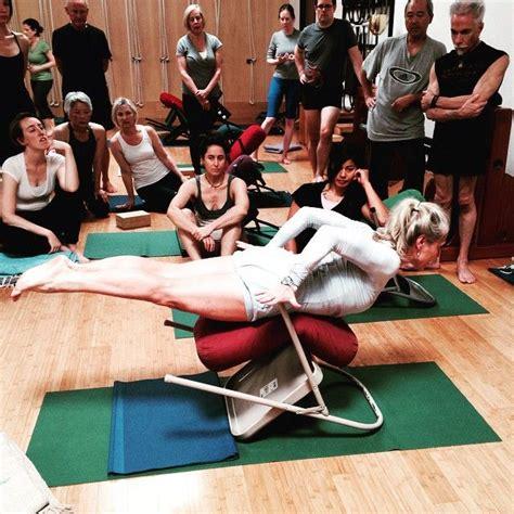 imagenes de yoga en silla 235 mejores im 225 genes de yoga chair en pinterest yoga