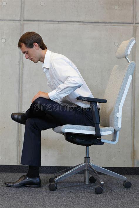 sulla sedia sulla sedia in ufficio esercitazione dell uomo di