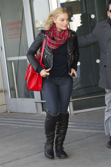 margot robbie in jeans margot robbie in jeans at jfk airport 01 gotceleb