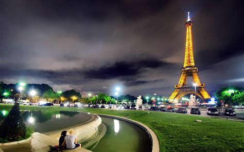 wallpaper couple paris couple at eiffel tower wallpaper hd wallpapers