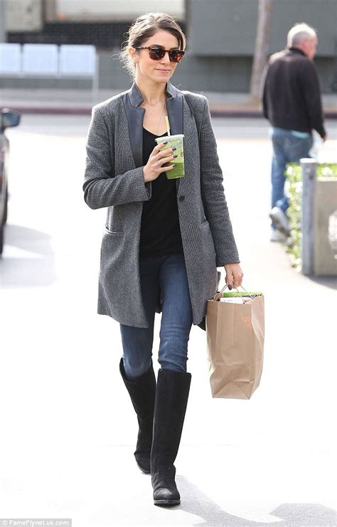 Blazer 2in1 reed dresses stylish as she steps out for smoothie at earth bar in la daily mail