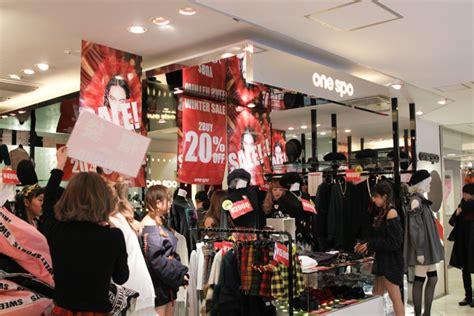 blackpink x shibuya 恒例行事の物々交換会に変化 渋谷109の初売りに約2 000人が行列 fashionsnap com