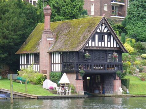 thames boat house boathouse goring on thames 169 colin smith cc by sa 2 0