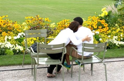 lovers on a park bench how and where to find a date in the city of romance