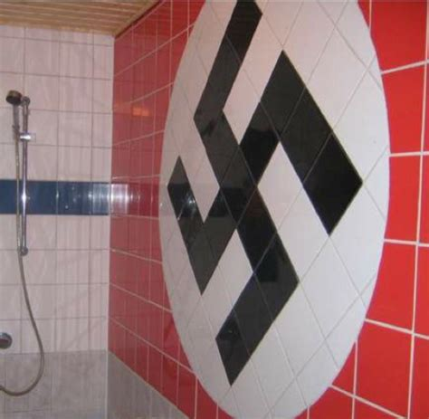 rote fliesen bad schrott immobilien wenn im bad ein hakenkreuz aus