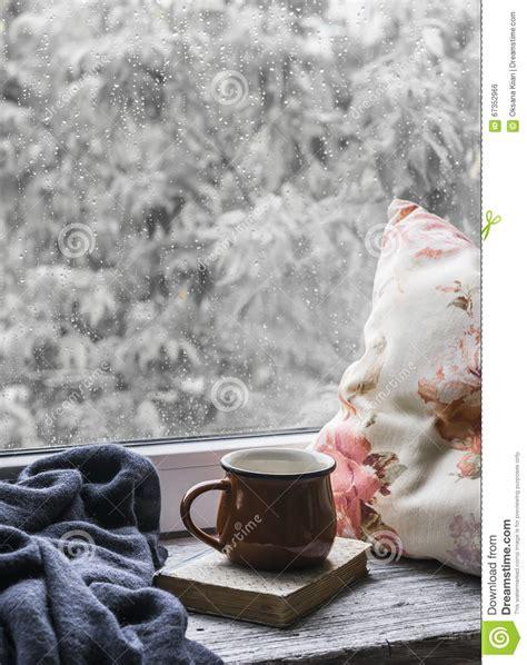 libro rainy days das de taza de caf 233 libro almohadas y una tela escocesa en la superficie de madera ligera contra