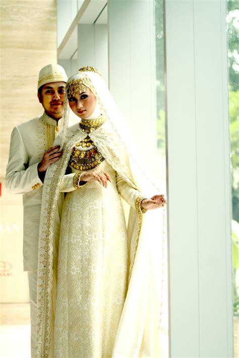 Bridal Dress Kebaya Pengantin Ekor Gown Wedding Prewed Prawed Modern muslim bridal abaya and gown with groom