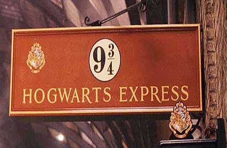 Kaos Harry Potter Harry Potter Platform 9 And 3 4 Graphics Lengan Panj new harry potter shop opens at platform 9 3 4 at cross station in random