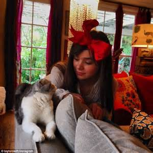 Decorate Christmas Cookies Taylor Swift Gets Into The Christmas Decorating Spirit