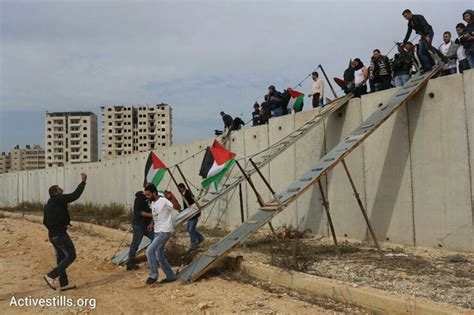 the wall and the gate israel palestine and the battle for human rights books photos palestinians build a bridge the separation