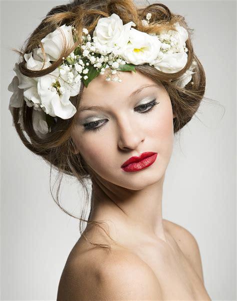 acconciatura con fiore acconciature capelli con fiore acconciature di moda