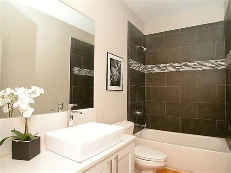Modern Bathroom With Glass Tile This Modern Bathroom Features A Tile Tub Surround With