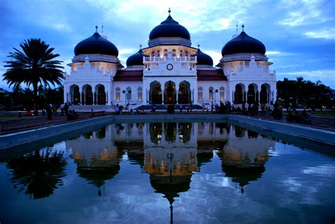 Di Indonesia masjid baiturrahman the grand mosque of baiturrahman symbol of greatness and visit aceh