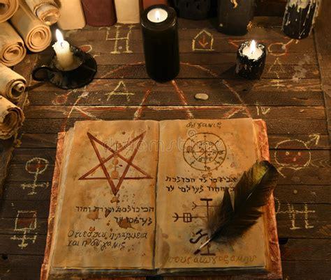 candele nere candele nere e libro magico aperto con il pentagramma