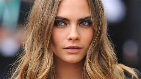 cara delevingne just got the prettiest blonde bob