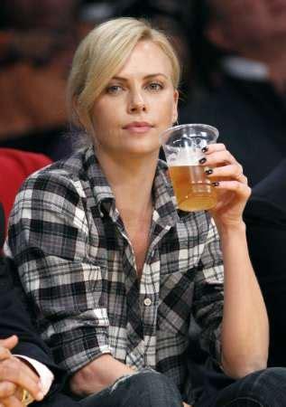 Visca Barca Fans T Shirt Yn Style coleccionismo cervecero charlize theron bebiendo cerveza