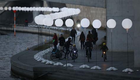 palloncini illuminati il muro di palloncini illuminati di berlino wired