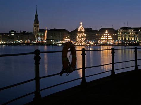 weihnachtsbaum alster alster mit weihnachtsbaum bild foto friedrich h 246 per aus n 228 chtliches hamburg fotografie