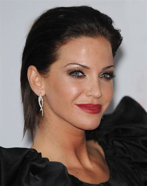 hairstyles away from face sarah harding brunette hair styled away from her face