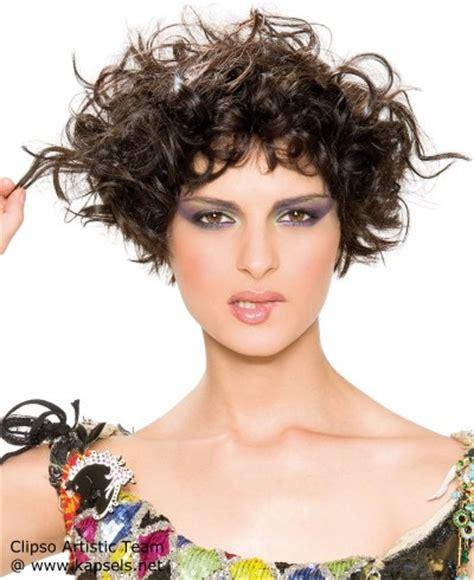 kort gelaagd kapsel voor krullend haar